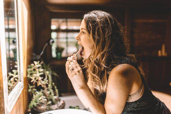 Así puedes eliminar toxinas de tu estómago a través de la lengua