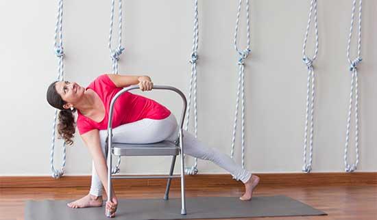 Yoga Iyengar con el apoyo de una silla