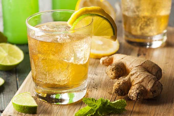 Limonada de lima, menta y jengibre